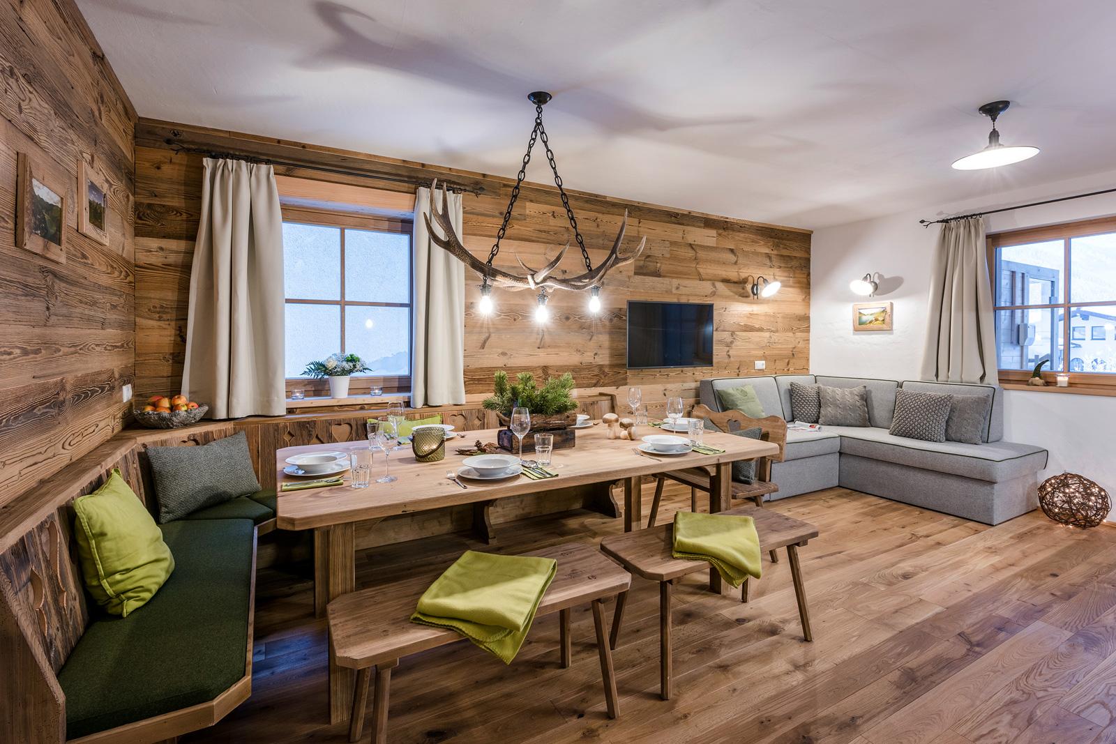 Bietet Platz bis zu 12 Personen - der Esstisch der Lodge Tappenkarsee