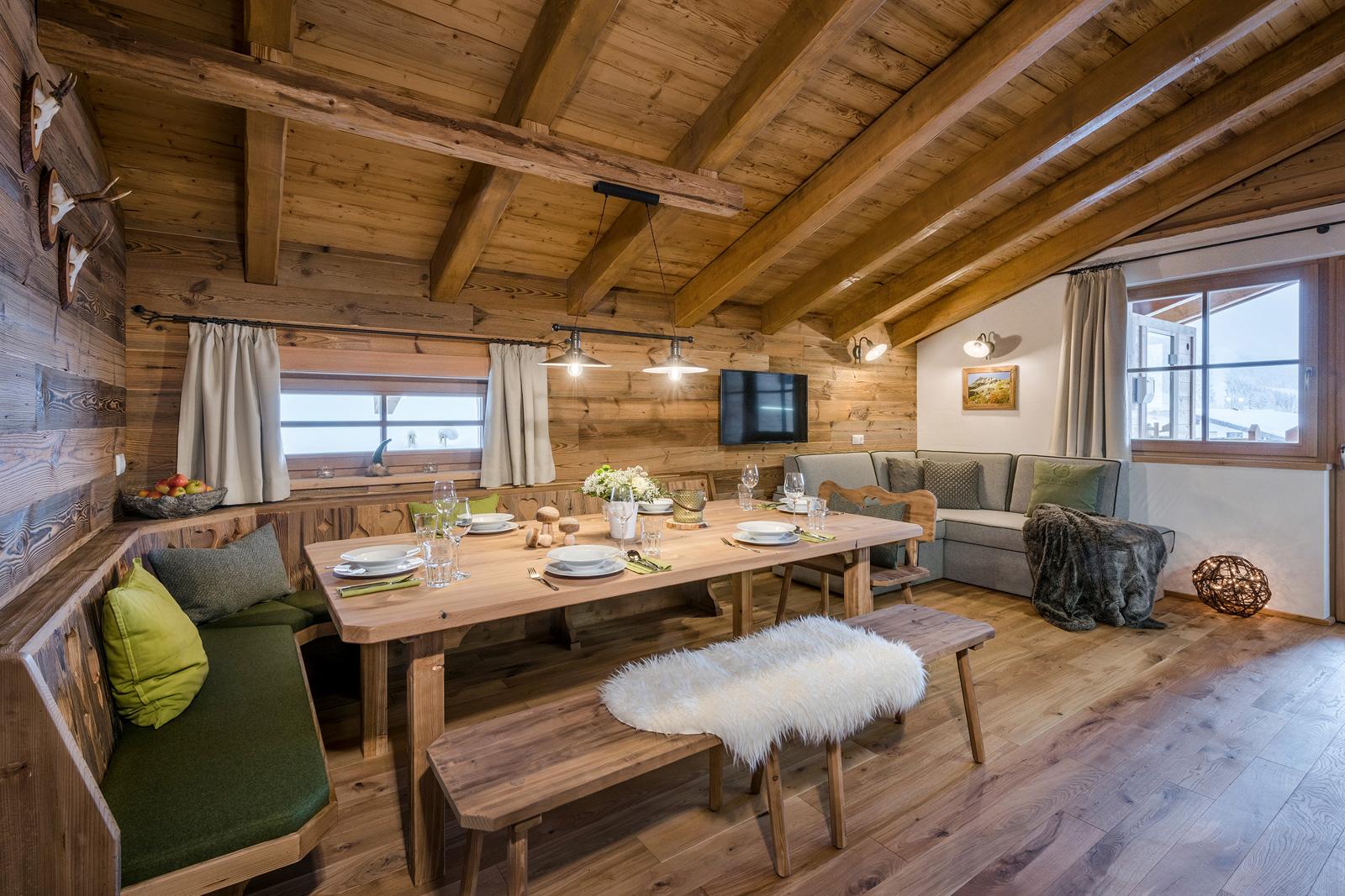 Bietet Raum für die gesamte Familie - der Esstisch in der Lodge Faulkogel
