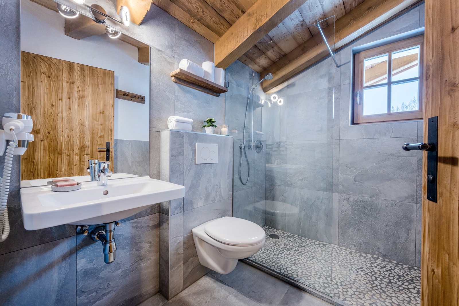 Großzügiges Badezimmer in der Lodge Faulkogel