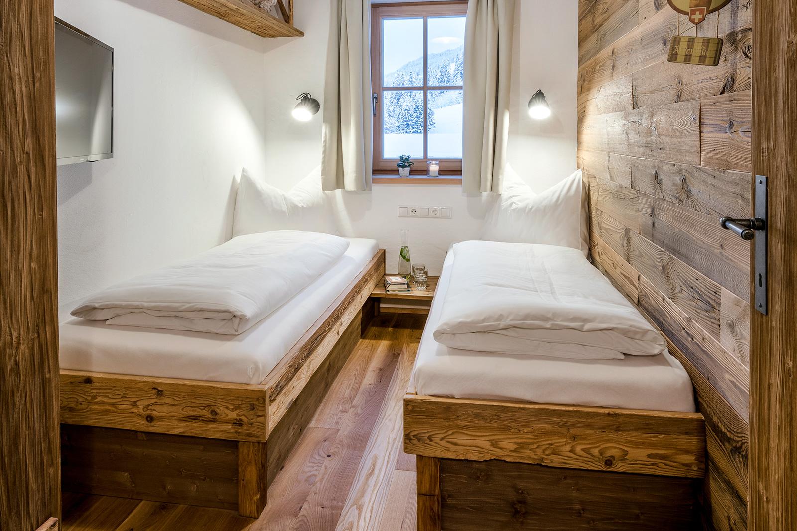 Gemütliche Einzelbetten in der Lodge Tappenkarsee