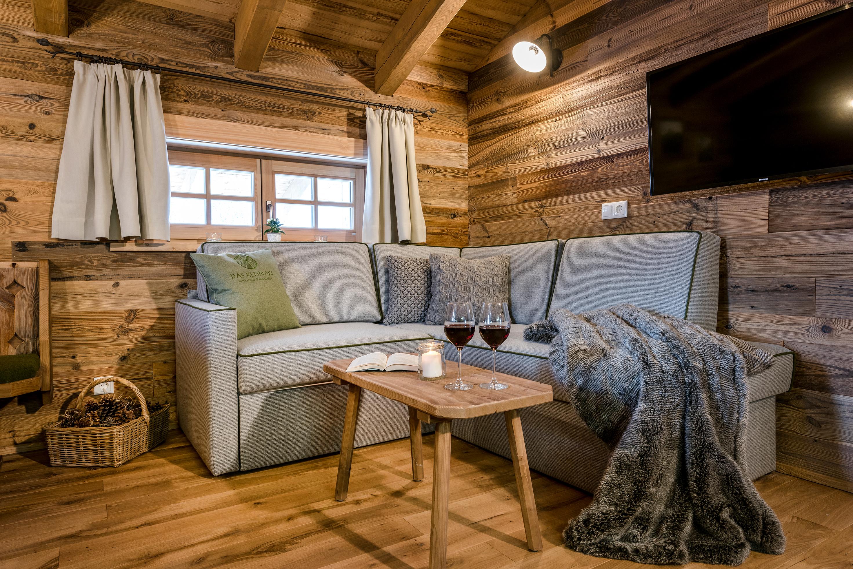 Lädt zum Verweilen ein - die gemütliche Couch in der Lodge Ennskrax